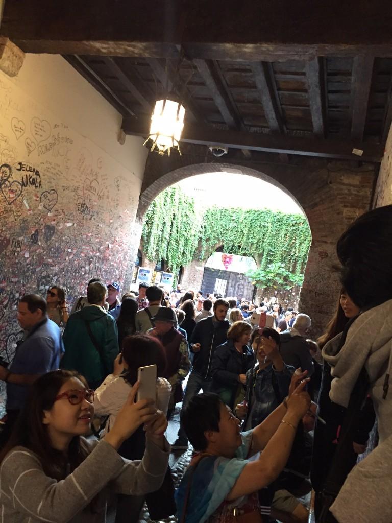 Verona wall of love crowded